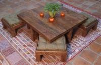 Bodentisch mit Hockern